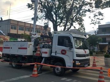 Galhos de árvore são cortados para evitar quedas na rede elétrica em Marechal Floriano 2