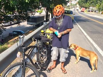 Idoso que pedala por todo o Brasil pernoita em Marechal Floriano