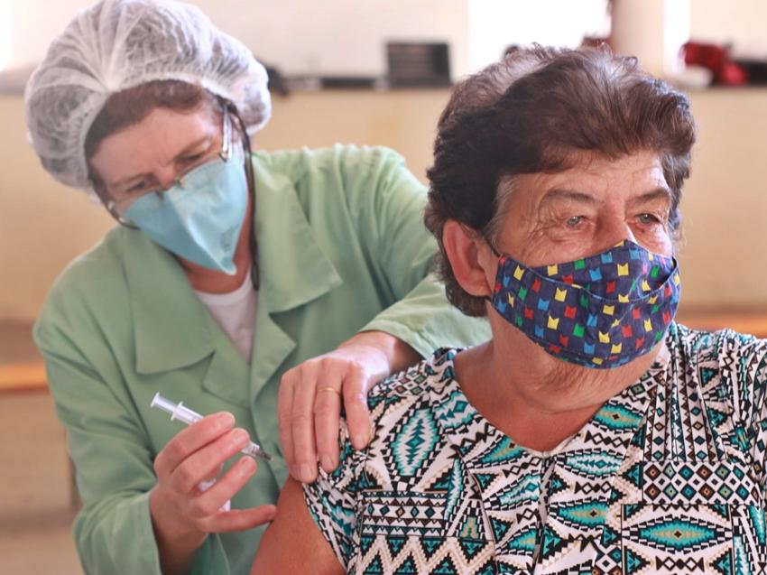 Covid-19vacinacao-de-segunda-dose-de-coronavac-nesta-terca-29-em-Venda-Nova