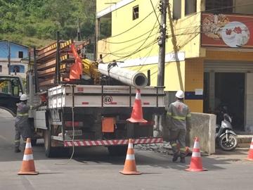 Energia elétrica é restabelecida após manutenção de poste derrubado por carreta