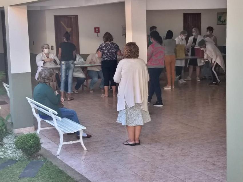 Moradores-recebem-vacinas-da-Pfizer-e-da-Astrazeneca-nesta-segunda-feira-15-em-Marechal-Floriano