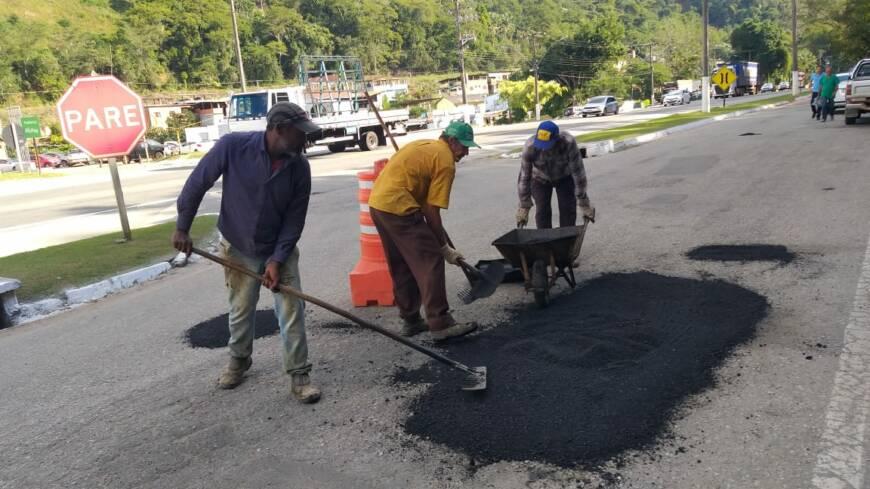 Buracos-nos-trevos-e-acessos-sao-cobertos-com-massa-asfaltica-em-todo-o-municipio-2